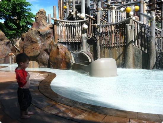 Eilan checks out Menehune Bridge - Aulani resort's splash zone for kids