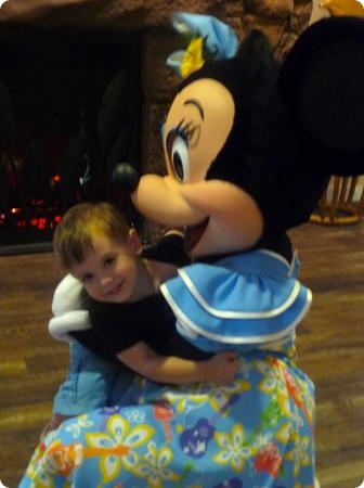 Eilan gives Minnie his HUGEST hug in Auntie's Beach House at Aulani Resort